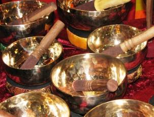 Массаж поющими тибетскими чашами